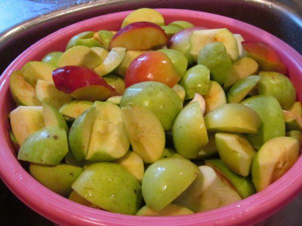 Яблоки порезанные