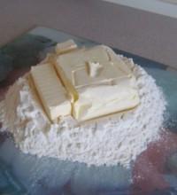 Масло кладем в муку